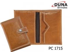 Porta cartão pc 1715 - personalizado com seu logotipo em baixo relevo, contendo três divisórias, fechamento por botão de  pressão, confeccionado  em couro legítimo, couro sintético ou couro ecológico (recouro).