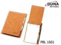 Porta bloco pbl 1601 - personalizado com seu logotipo em baixo relevo, contendo ferragem duas argolas, porta caneta e bloco de anotações serrilhado com 150 folhas medindo 20 x 14 cm (caneta não inclusa).