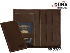 Porta passaporte pp 2200 - personalizado com seu logotipo em baixo relevo, com aba para vouchers, bolso de documentos e quatro porta cartões confeccionado em couro legítimo, couro sintético ou couro ecológico (recouro).