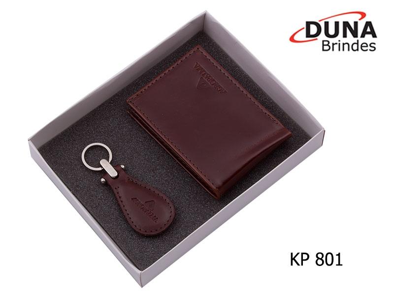 Kit Presente Masculino KP 801 - Personalizado com seu logotipo em baixo relevo, contendo uma Carteira (ref. CA 1803) e um Chaveiro Elegance (ref. CC 404) acomodados em uma caixa de papelão.