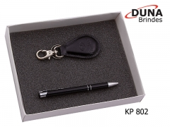 Kit presente masculino  kp 802 - personalizado com seu logotipo em baixo relevo, contendo uma caneta em metal (ref. cnt 1005) e um chaveiro bari com mosquetão (ref. cc 451) acomodados em uma caixa de papelão.