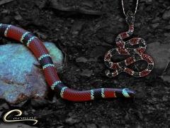 Pingente cobra com corrente com pedras na onix, rubi e cristal - joias carmine