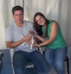 Terrier brasileiro (fox paulistinha) deco, macho tricolor de isabela ao colo de sua nova família!  canil pedra de guaratiba em: 12/09/14. filhotes em: http://www.canilpguaratiba.com/html/filhotes_tb.html instagram: http://instagram.com/canilpguaratiba facebook: http://pt-br.facebook/canilpedradeguaratiba #canilpedradeguaratibaterrierbrasileiro #canilpedradeguaratibafoxpaulistinha #canilpedradeguaratiba