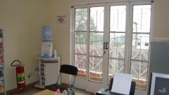 Nossa secretaria, com porta para varanda.