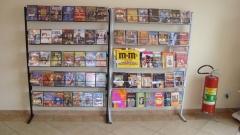 Temos livros e dvds para empréstimo aos alunos.