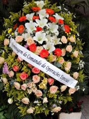 Coroa de flores em  lírios, gérberas e rosas