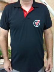 Camisa polo em malha piquet, manga curta, com logo bordado no peito