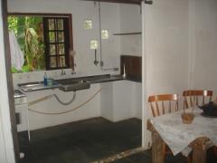 Sala de refeição e parte da cozinha.