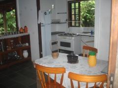 Sala de refeição e a outra parte da cozinha.