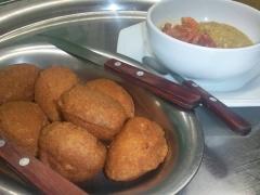 Porção de sete mini acarajés. Você mesmo monta os acarajés com vatapá, camarão e salada.