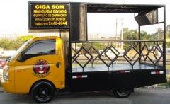 Trio elétrico de Porte Pequeno HR com palco e espaço para colocar faixas.