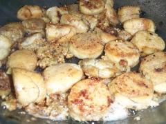 Ovas de peixe ao alho e óleo. uma delícia de petisco!