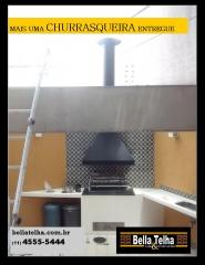 A coifa para churrasqueira é um acessório indispensável para evitar o excesso de fumaça e mau cheiro na hora de preparar um churrasco em ambientes internos. O equipamento foi moldado para fazer a trocar do ar, sugar a fumaça e filtrar a gordura do ambiente, o que proporciona um local mais limpo e arejado sem qualquer incômodo para os presentes.   As coifas também são bastante úteis para fogões em geral, principalmente em cozinhas com pouca corrente de ar, pois facilitam a circulação do ar e reduzem odores durante o cozimento, na preparação de qualquer tipo de alimento.  IMPORTÂNCIA DA COIFA INOX PARA CHURRASQUEIRA  A instalação da coifa inox para churrasqueira é fundamental para qualquer projeto de cozinha em ambientes mais fechados, pois o posicionamento das janelas não é suficiente para garantir a ventilação necessária enquanto os alimentos, principalmente carnes, são grelhados. Dessa forma, o cheiro, a fumaça e a gordura da preparação acaba se espalhando pela casa, o que gera inconvenientes como o depósito de gordura em superfícies de móveis e o mau cheiro impregnado. Para evitar esses transtornos, a coifa inox para churrasqueira é a melhor solução, com ótimo custo-benefício.  VANTAGENS DE UTILIZAR COIFA INOX PARA CHURRASQUEIRA  A coifa inox para churrasqueira possui diversas vantagens em relação a outros tipos de exaustores e depuradores de ambientes. Trata-se de um equipamento extremamente eficaz que retira com eficiência a gordura e o cheiro do ambiente, graças à tecnologia do motor responsável por sugar o ar e aos filtros que purificam os resíduos.   Além disso, sua manutenção e limpeza são bastante simples e a estrutura pode ser fixada em parede ou ilha, de acordo com o projeto do cliente. Pela sua versatilidade, a coifa ainda pode ser integrada à decoração do ambiente. A Bella Telha tem sempre as melhores opções em coifas de inox, coifas de chapa colorida e no modelo tradicional, trapezoidal, duas ou tres aguas ou a coifa box, que é uma coifa formato retang
