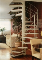 escada caracol em concreto com degraus revestidos em madeira. Solicite um orçamento na BELLA TELHA www.bellatelha.com.br ligue 11 4555-5444