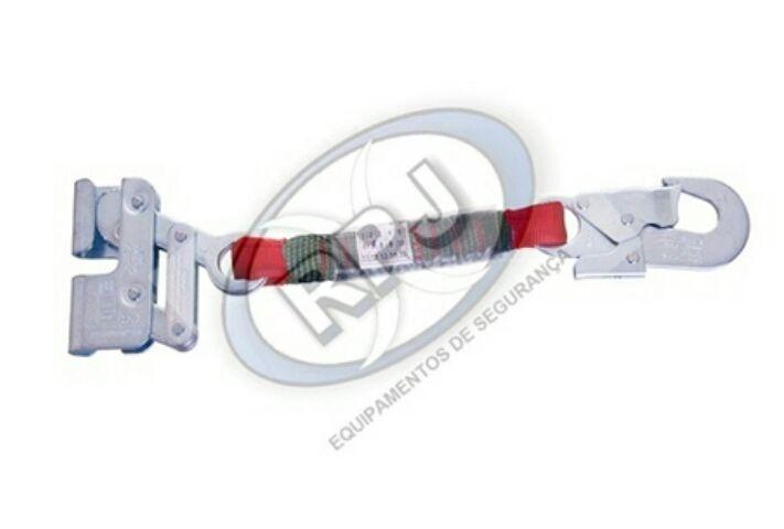 Trava quedas Degomaster confeccionado em chapa de aço anti-oxidante, para corda de poliamidade 12mm; Possui 1 conector em aço, dupla trava com abertura de 16 , classe T, extensor em fita de poliester de 25mm de largura.