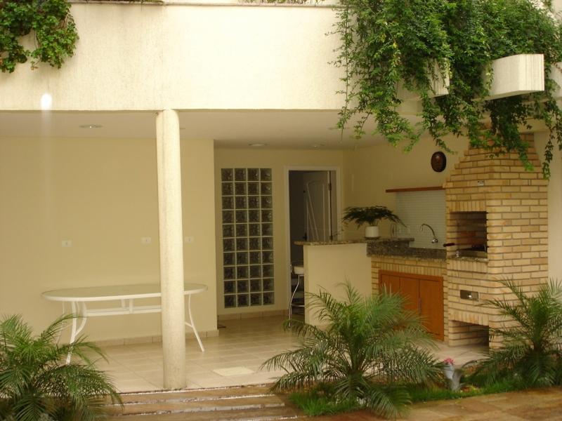 Area externa com churrasqueira de alvenaria com gabinete para pia, construidos artesanalmente em tijolos aparentes pela Bella Telha @bellatelha #bellatelha #sp www.bellatelha.com.br 11-4555-5444 whats 11 94031-0808 #churrasqueira #churrasqueiradealvenaria #churrasqueiradetijolo #tijoloaparente #tijolo #tijoloaparente #areaexterna #areagourmet #espaçogourmet #terraçogourmet