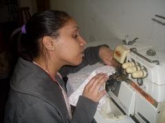 Costura em máquina overlok industrial