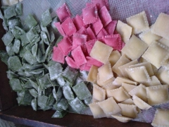Ravioli tricolori de mussarela de búfala e manjericão