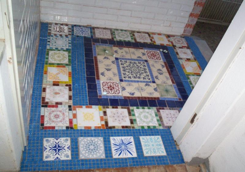 Foto azulejos antigos em piso formando tapete em hall de for Azulejos para entradas