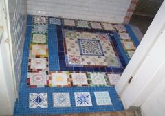 Azulejos antigos em piso formando tapete em hall de entrada!
