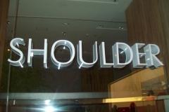 Letras em chapa galvaizada, pintada na cor branca, aplicada em vitrine, durabilidade e um lindo visual