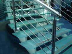 Escadaem vidro com corrimão em aço inox