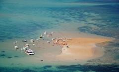 Ilhas de corais visíveis na maré baixa
