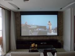 Home theater com tela de 106'.
