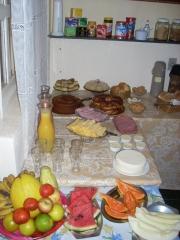 Delicioso café da manhã com variedades de frutas,sucos,bolos e pães...