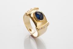 Lindo  anel em ouro amarelo 18kt  com uma safira azul no centro, lapidac�o cabuch�o com detalhes de brilhantes, peso 7,8 grs.  prazo de entrega 7dias uteis uma vez recebido o pagamento.