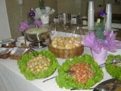 Mesa para os convidados se servirem