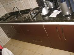 balcão de cozinha com gaveteiro, 2 gavetões de aramado em MDF castanho dourado